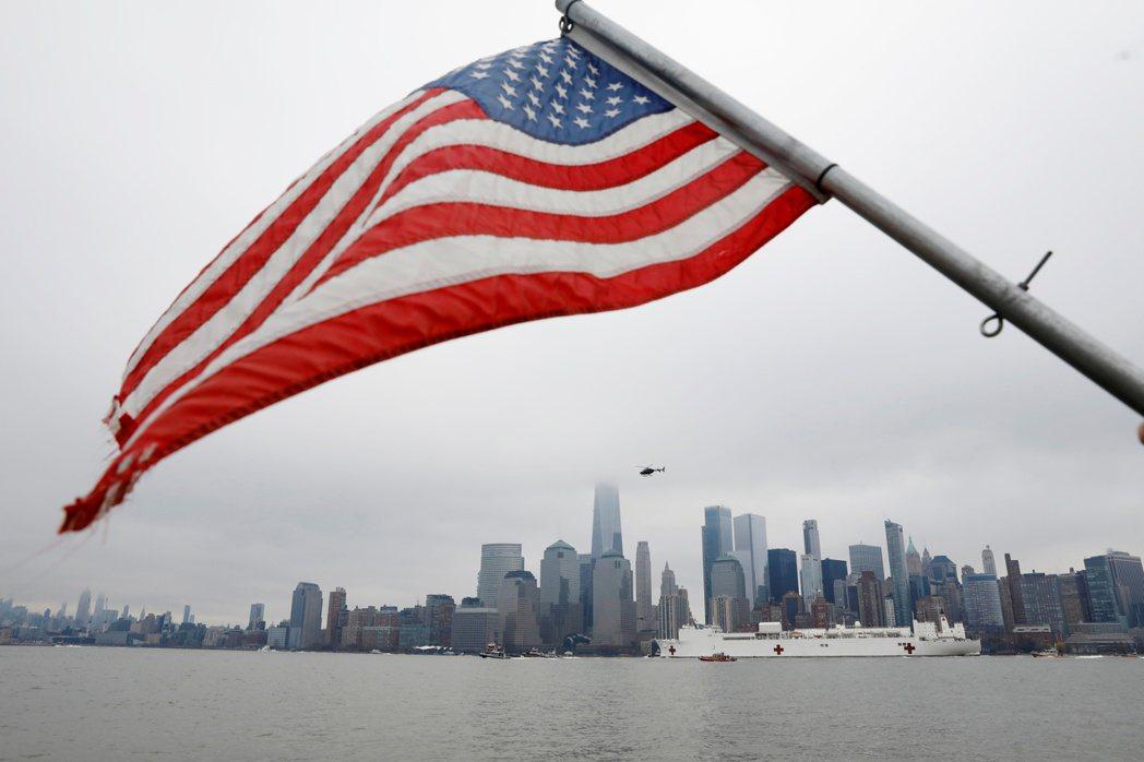 紐約州於3月22日實施「紐約暫停」政策,關閉所有非必要的商業活動。圖為美國海軍醫療船駛經曼哈頓下城。 圖/路透社