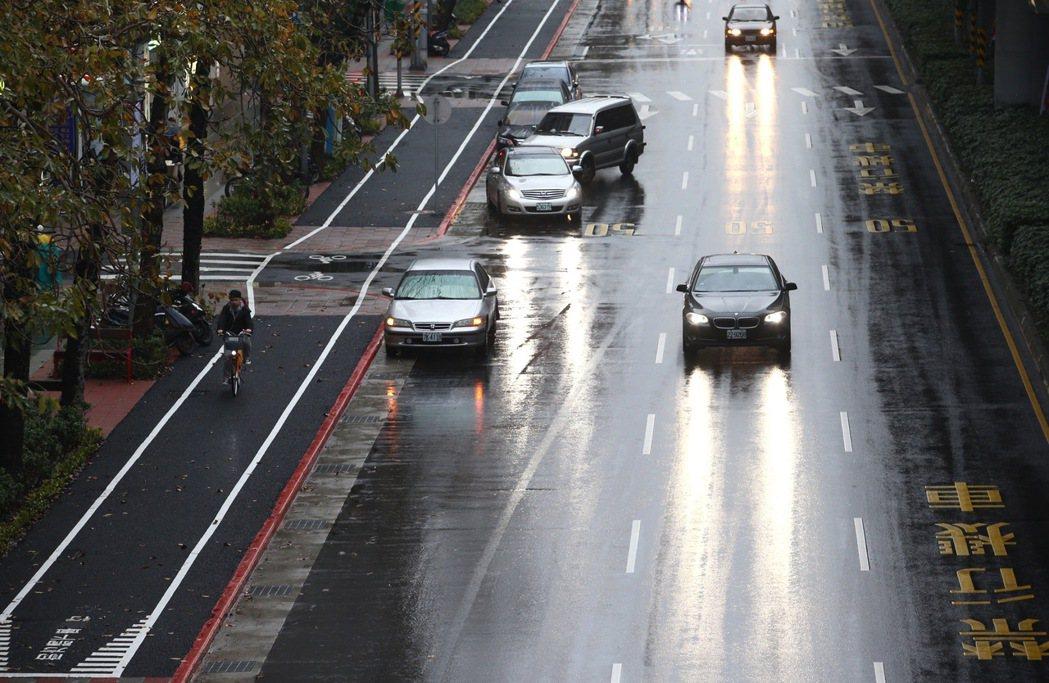 自行車道與人行道是建立健康、永續城市的重要指標。圖為台北市復興南路的自行車道。 圖/聯合報系資料照