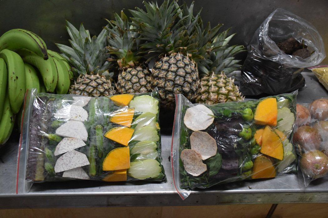 阿美族傳統市場流行販售「蔬果福袋」,只要買一包裡面什麼菜都有,直接拿來煮湯也很天...