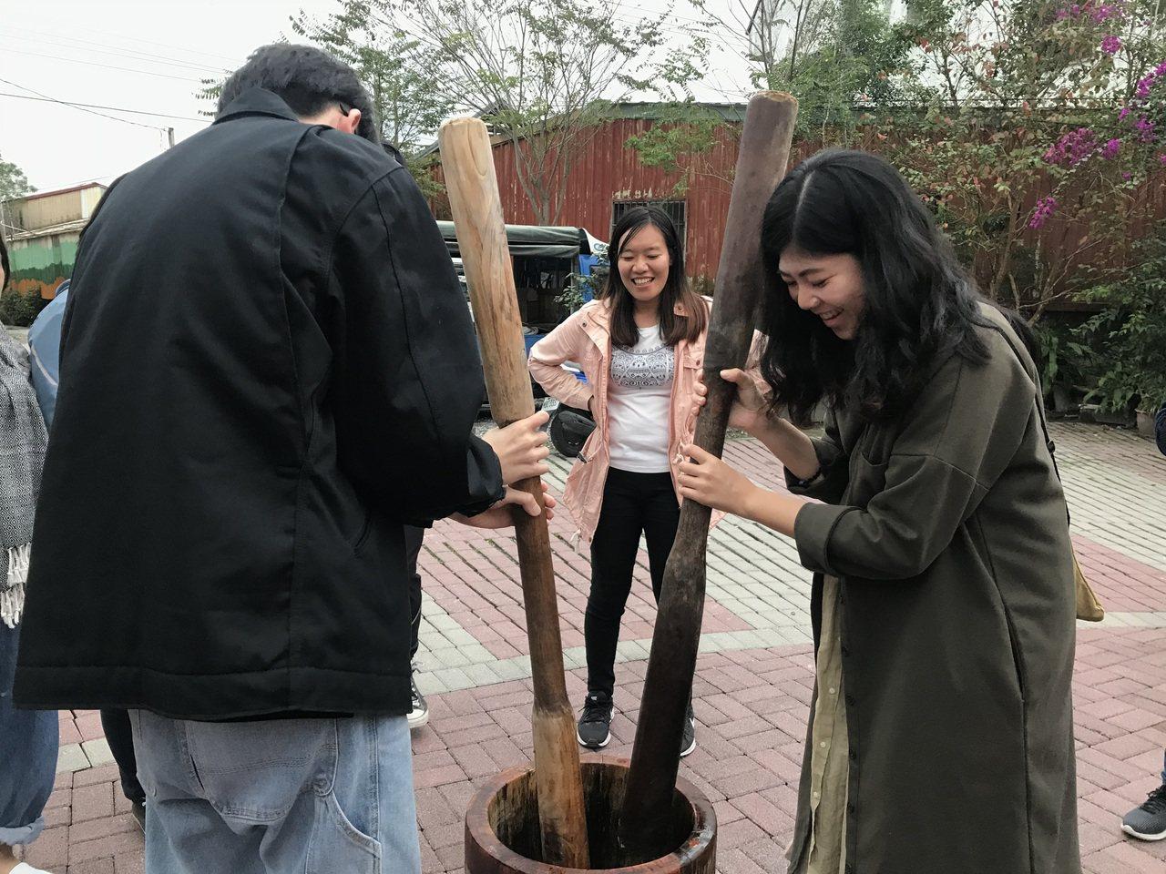 在太巴塱紅糯米生活館可體驗將米搗成米糕製作成「都倫(俗稱麻糬)」,享受手工的樂趣...