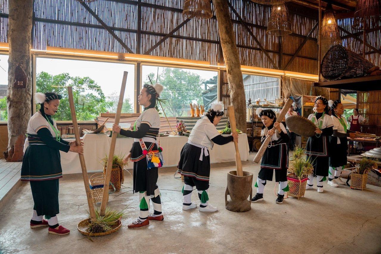 太巴塱部落阿美族婦女表演傳統歌謠,展現原民文化。 圖/花東縱管處提供