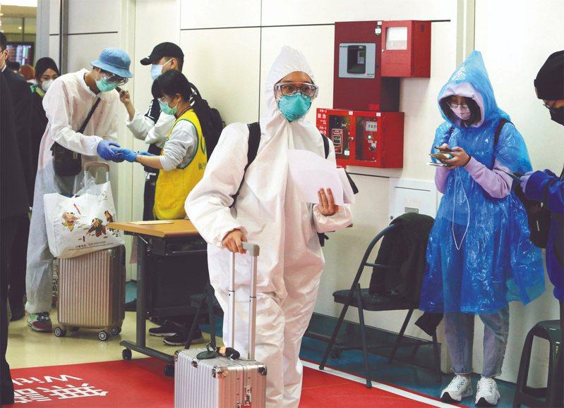 桃園機場近日有不少留學生返台,依傳染病防治法須居家檢疫14天。聯合報系資料照/記者鄭超文