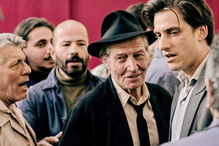 《馬丁伊登》劇照。馬丁伊登在街頭與社會主義者展開辯論。 圖/取自IMDb