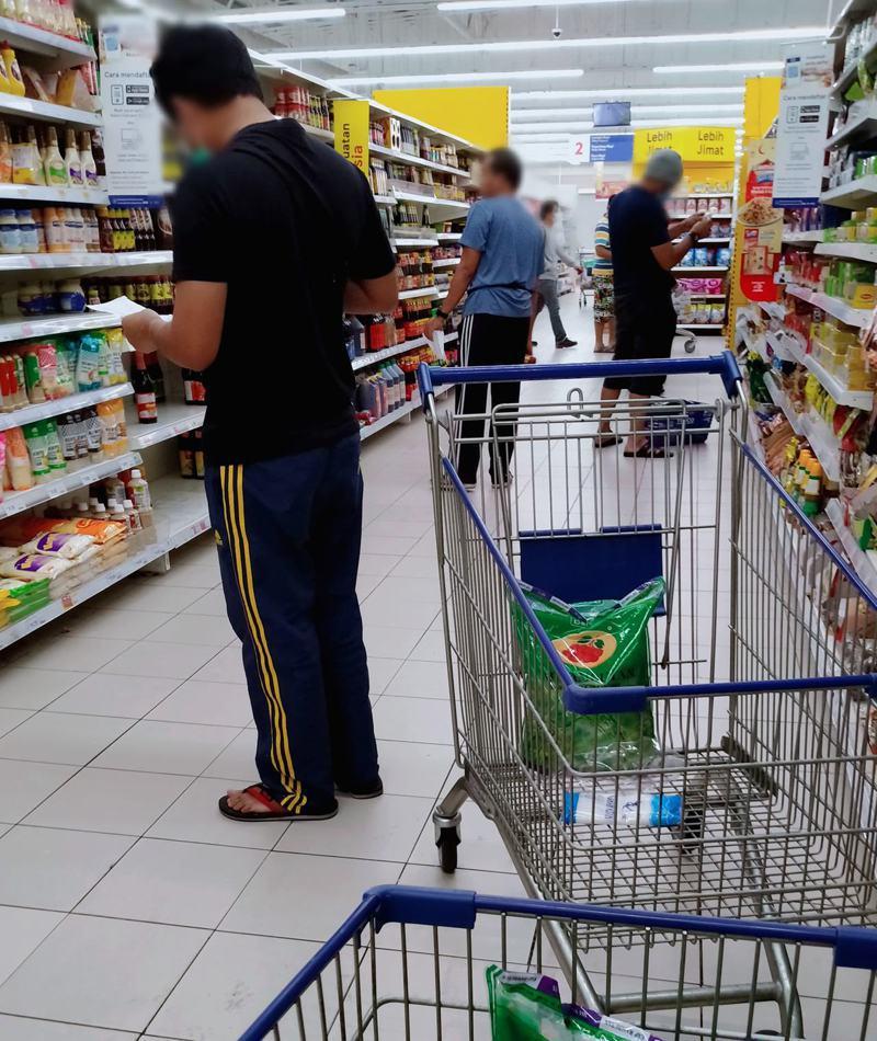 因應疫情,馬來西亞政府宣佈即日起只有「一家之主」可以上街購物,造成大量男子在超市裡不知所措。圖/Facebook