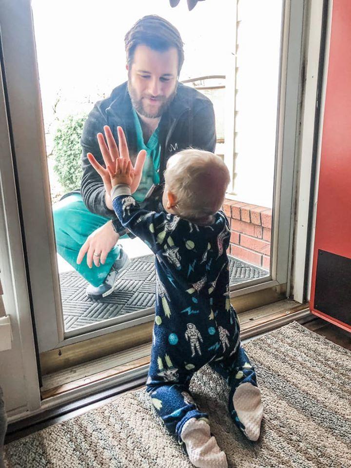 擔任醫師的傑瑞德因擔心將病毒傳染給家人,便隔著一面玻璃窗,與1歲的兒子相見。圖/Facebook