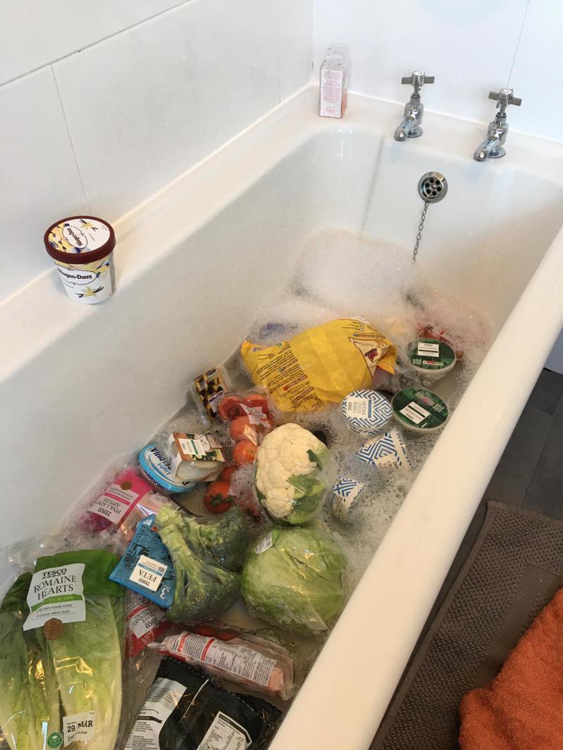 英國有婦人將買回來的蔬菜水果全丟到浴缸浸泡清潔劑。圖擷自Twitter@EvieLancaster