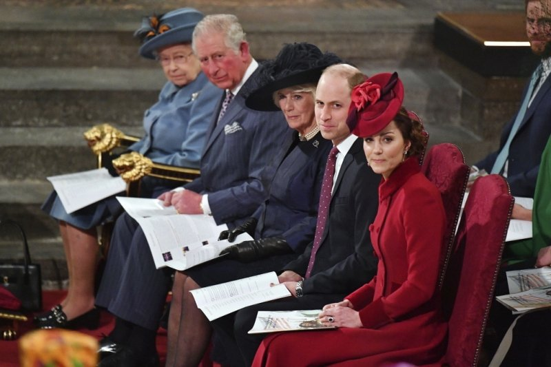 71歲的英國王儲查爾斯親王(左二)先前宣布確診,但目前已解除隔離。 圖/美聯社