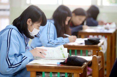 教育部近日為回應民間團體及學生團體長期呼聲,落實「服儀解禁」政策,著手研擬相關規定。 圖/聯合報系資料照