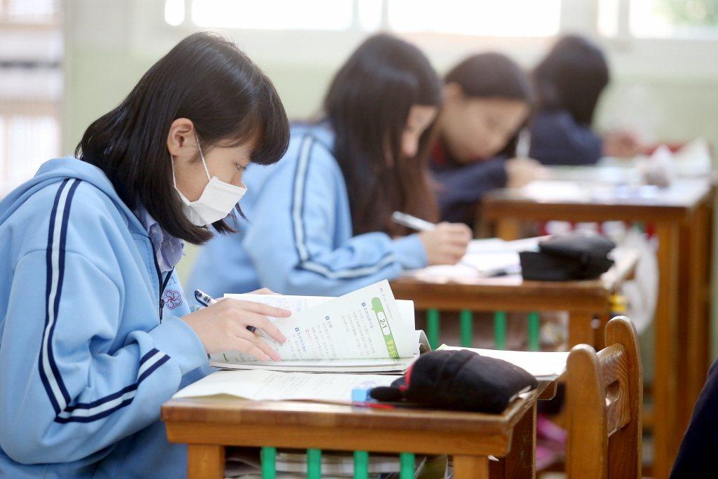 教育部近日為回應民間團體及學生團體長期呼聲,落實「服儀解禁」政策,著手研擬相關規...