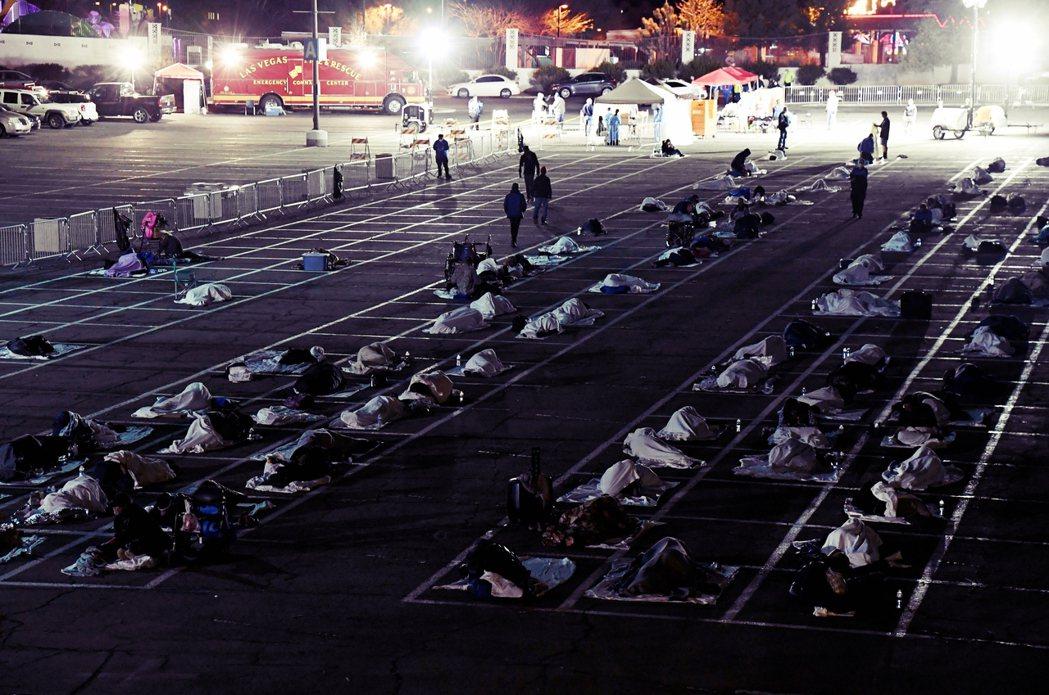為了安置這批無家者,拉斯維加斯市政府於是決定在腹地相對廣大的「卡仕曼中心」(Ca...