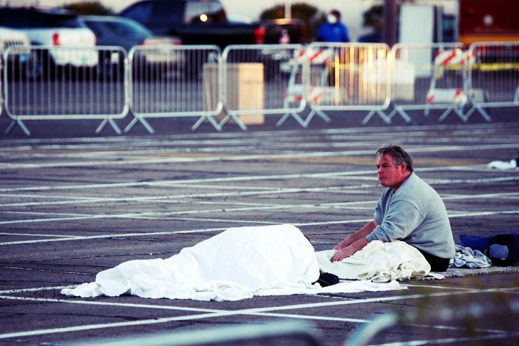 根據拉斯維加斯當地媒體,停車場收容所將開放至4月6日,美國天主教慈善會收容所重新...