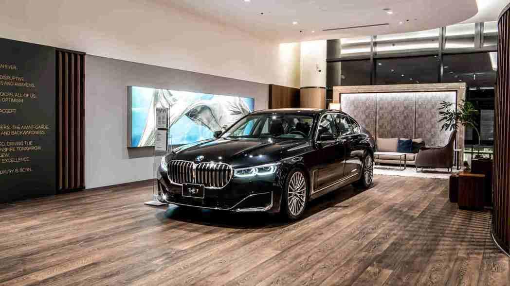 Luxury Class旗艦車款專屬區域提供黑卡等級的VIP私密賞車空間。 圖/...