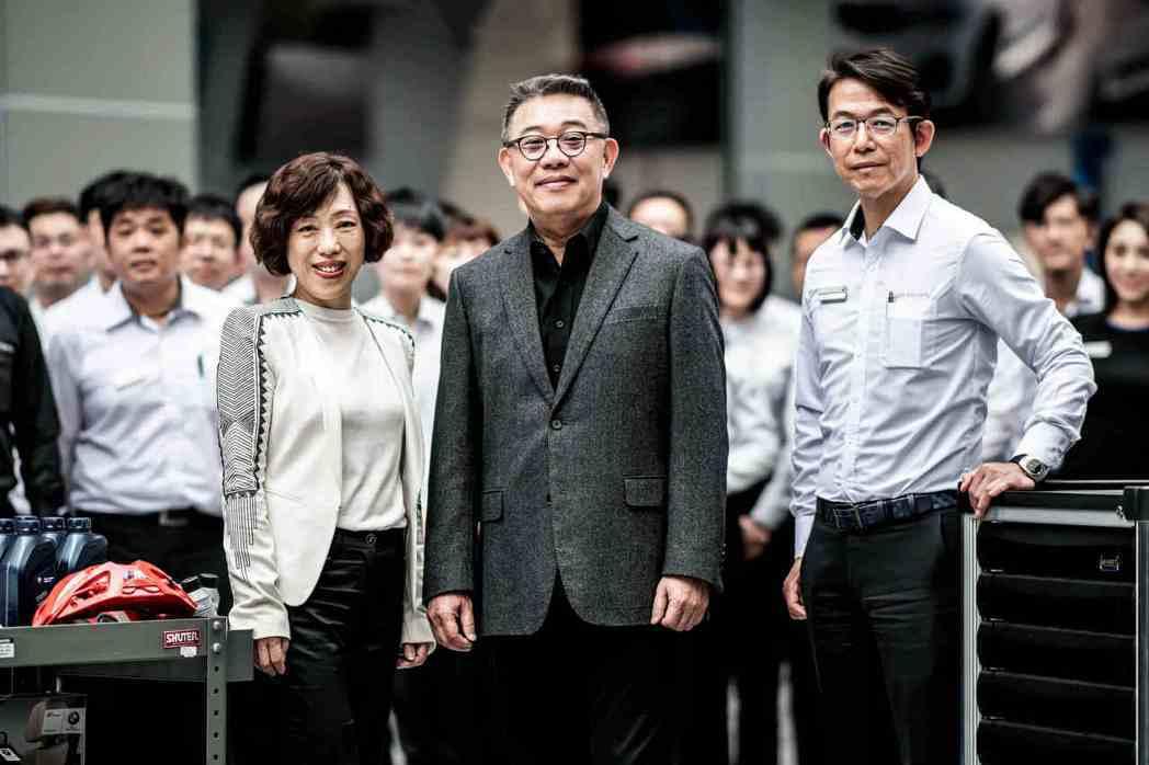 BMW台北依德在地深耕35年,經營團隊董事長 簡金鎔(中)、總經理 張湘愉(左)...