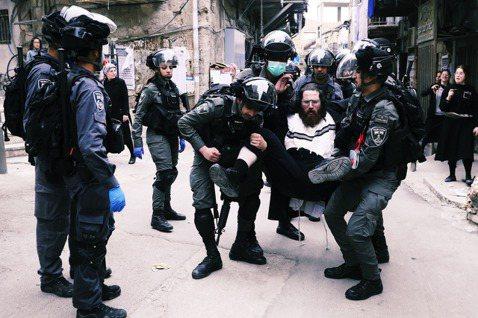 30日,在全國封鎖令下,以色列警方逮捕耶路撒冷百倍之地(Mea Shearim)...