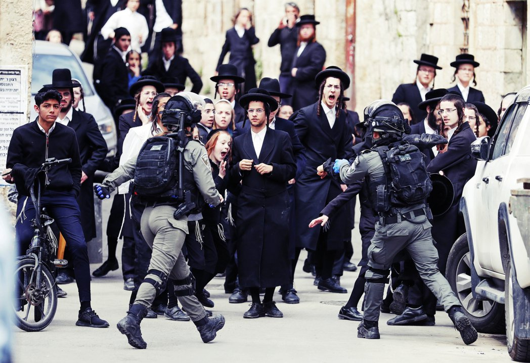 在關閉百倍之地的哈雷迪猶太教堂之後,警察開始逮捕信徒。 圖/法新社