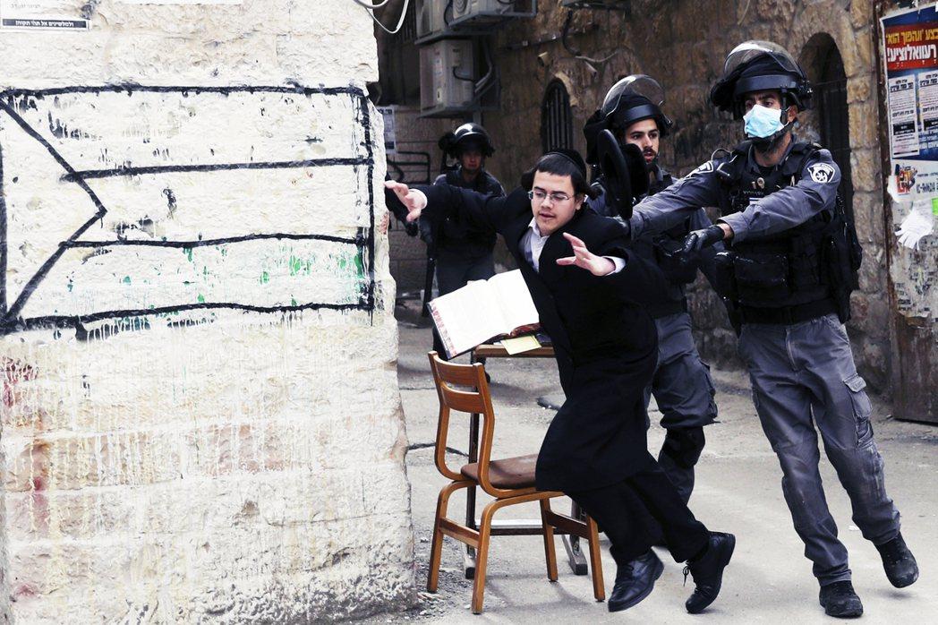 在關閉百倍之地的哈雷迪猶太教堂之後,警察開始逮捕信徒。 圖/美聯社