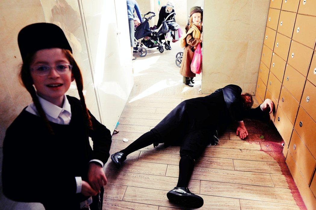 哈雷迪信徒在3月10日的普珥節狂歡中,喝醉躺在地上。 圖/法新社