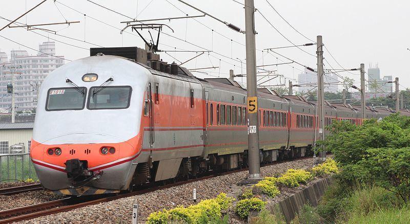 台鐵31日宣布,4月1日起全面測量體溫,列車長巡視期間也會加強宣導防疫。台鐵局在車站備有充足防疫物資,歡迎民眾使用。(Photo from 維基百科)