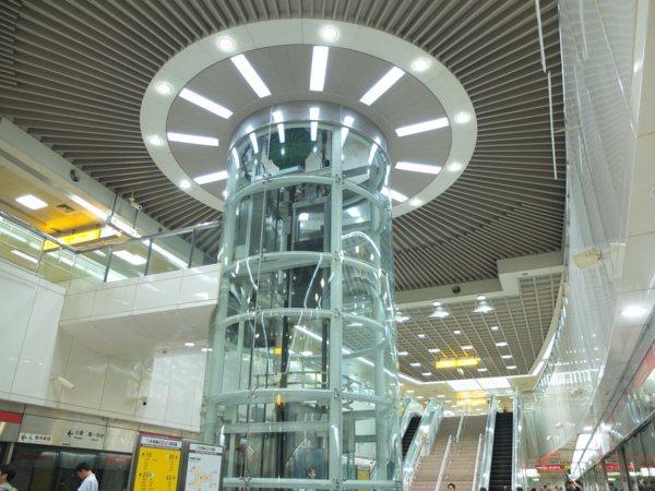 ▲捷運車站地下月台採用挑高設計,中央打造出「捷運之眼」公共藝術意象。