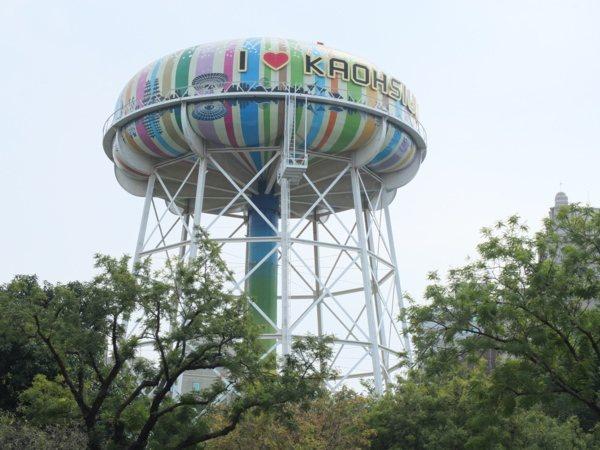 ▲越靠近水塔,越能感受到它的巨大姿態,成為高雄市區醒目的拍照焦點。