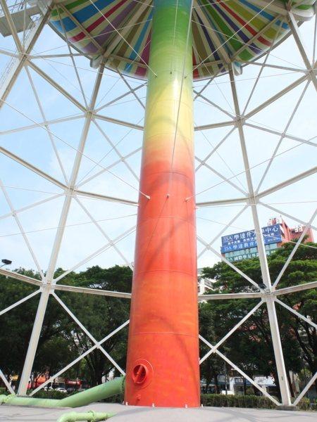 ▲鮮豔色彩的柱體撐起了水塔,果然像極了一根棒棒糖,讓人好想咬一口!