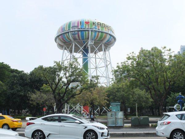 ▲平時經過這條車水馬龍的大馬路上,總會被這個繽紛美麗的「水塔」吸住目光。