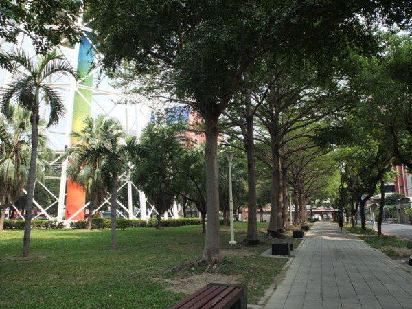 ▲自來水公園不大,周圍有步道和座椅,適合健走遊憩、散心放鬆。