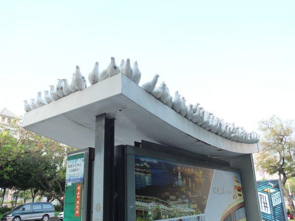 ▲公車候車亭也成為藝術創作的小舞台,創意生動的設計增添城市美學風景。
