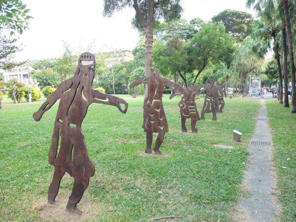▲走著走著總會與裝置藝術品不期而遇,為市民與遊客開啟美學視野。