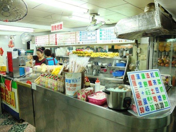 ▲陣陣香氣從傳統餐檯內傳了出來,除了賣果汁之外,這裡的早餐餐點也十分稱讚。