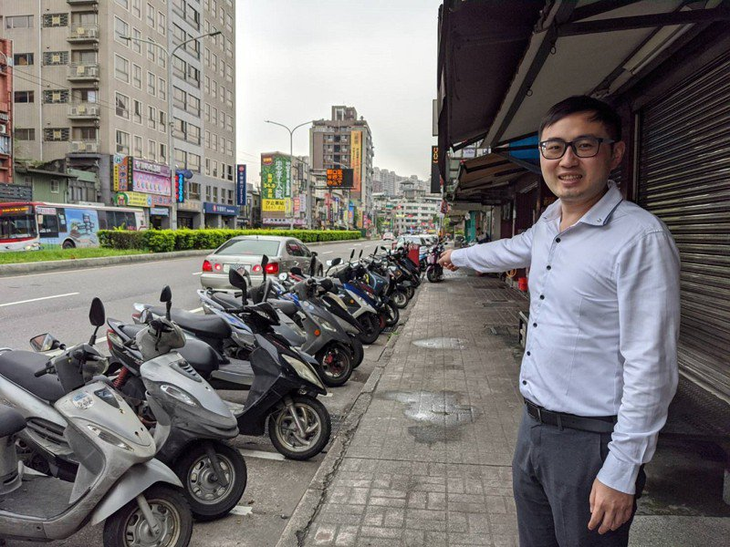 汐止區中正市場及力行市場,增設了一百多個汽機車停車格,市議員廖先翔前往現場,關心停車格的使用狀況。 圖/觀天下有線電視提供