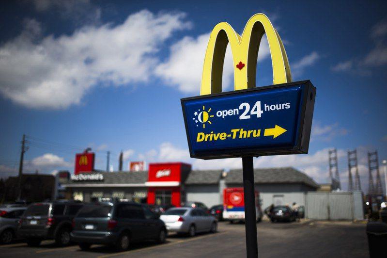 「得來速」是餐廳業者碩果僅存能觸及消費者的方式,像麥當勞這些得來速銷售原本就很好的餐廳,在新冠肺炎疫情期間所受衝擊相對較小。  路透