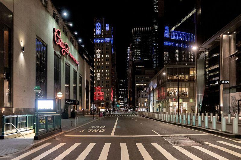 華爾街旁空盪的曼哈頓街景。路透