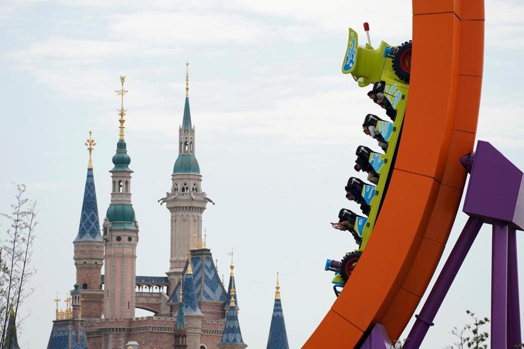 迪士尼樂園受到新冠肺炎衝擊,收入大減,也不知何時能夠恢復昔日榮景。圖/路透資料照...
