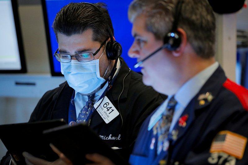 摩根士丹利首席美股策略師預測,美股短期內難以再回測低點。圖為交易員。(圖/路透)
