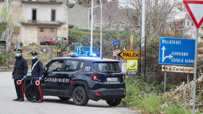 新冠肺炎疫情嚴峻,義大利西西里島警方在路上進行攔查。歐新社