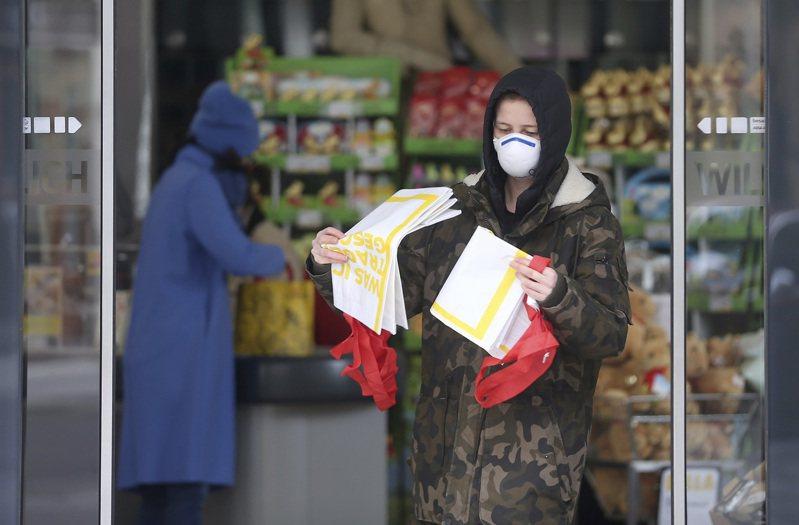 奧地利30日強制規定,上超市購物的民眾必須戴口罩。美聯社