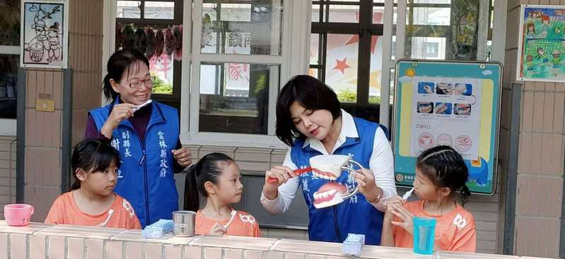 雲林縣長張麗善(右二)關心學童牙齒健康,因此今年將發贈牙刷組當作兒童節禮物。圖/雲林縣府提供