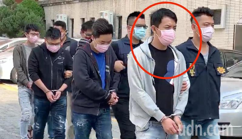 台中市第五警分局26日破獲李姓男子(紅圈)為首的詐欺機房,逮回涉案11人,並查扣電腦、手機、教戰手冊等贓證物。記者陳宏睿/攝影