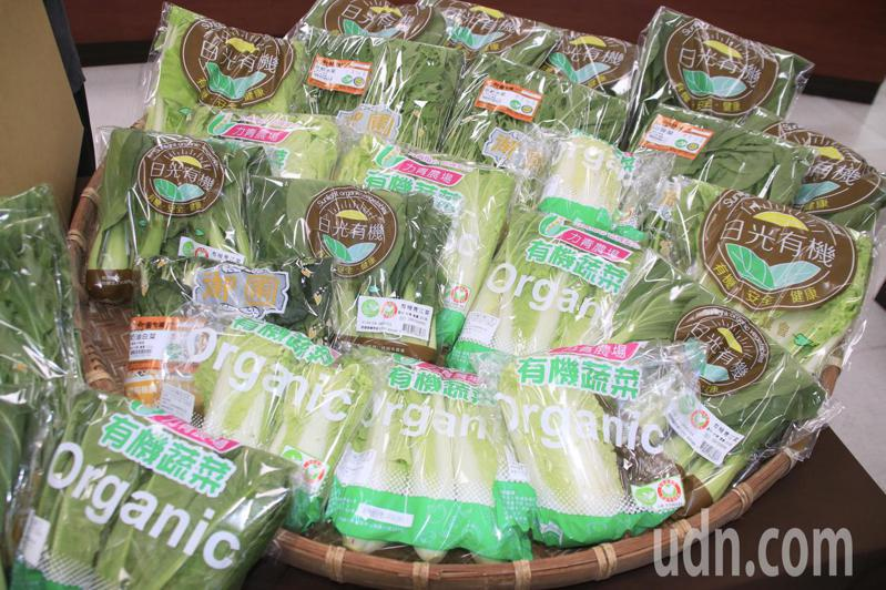 桃園市府推有機蔬菜箱,內有6種蔬菜售價419元,團購5箱以上每箱折價60元,團購30箱以上,每箱折價130元。記者曾健祐/攝影