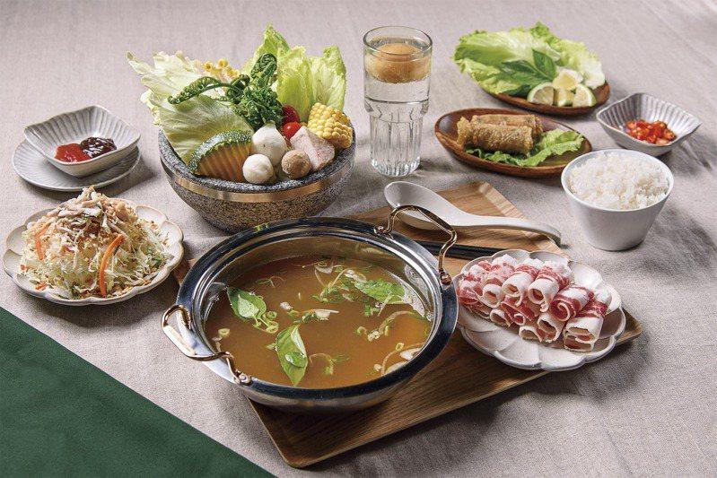 「越式皇朝牛肉火鍋」使用牛肉清湯搭配牛培根,還有無限供應的蔬菜,每份268元。圖/越亮提供