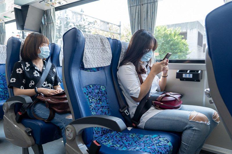 國光客運於清明節假期推國道和台灣好行優惠,提醒搭乘大眾交通工具的民眾,盡量把口罩戴起來,共同維護健康及乘車安全。 圖/國光客運提供