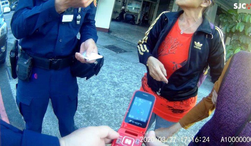 台中市八旬陳姓老嬤27日在東區旱溪街迷途,警方透過阿嬤的愛心手鍊、手機,順利將陳嬤送返住處。圖/第三警分局提供