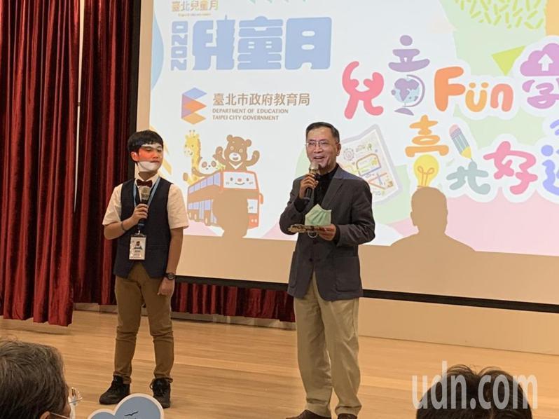 台北市副市長蔡炳坤(圖右)表示,雖然開學延後,兒童月主活動延至7月,但「我們沒有忘記兒童節」。記者趙宥寧/攝影