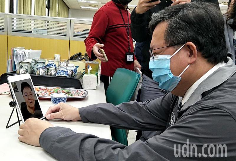 桃園市長鄭文燦(右)視訊慰問送檢疫者關懷包騎車受傷的蘆竹區公所里幹事張慧娟(左下手機),表示以她為榮要她多保養保重。記者曾增勳/攝影