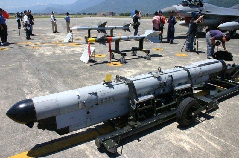 空軍現役ALQ-184電戰莢艙。圖/本報系資料照