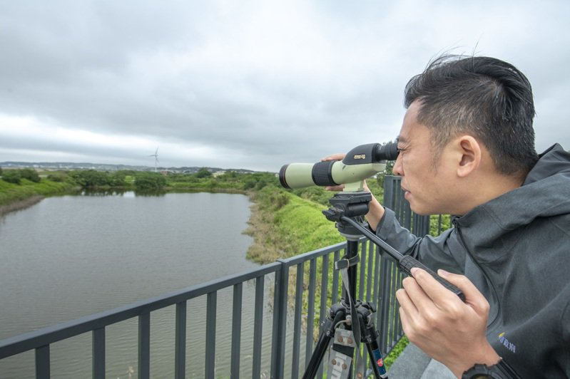 市長林智堅騎YouBike訪南港站,站上瞭望台飽覽美景。圖/新竹市政府提供