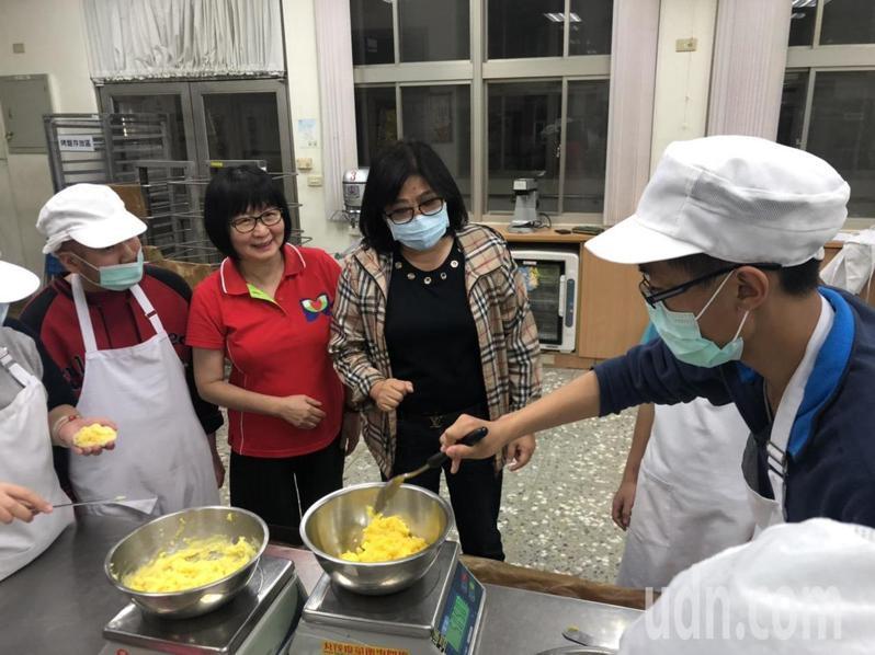 立委王美惠(左三)在校長許碧雲(左二)帶領下,關懷正在實作烘焙的學生。記者李承穎/攝影