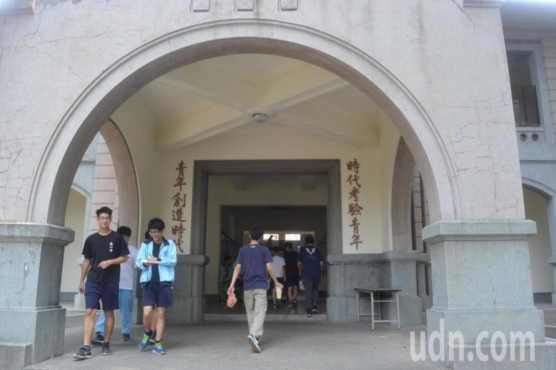 第一階段大學入學申請放榜,台南一中有61人次通過醫學系申請。記者鄭惠仁/攝影