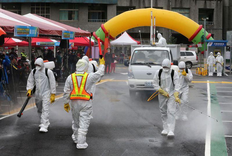 基隆市今天舉行新冠肺炎超前部署社區防疫演習,圖為模擬社區消毒。記者胡經周/攝影